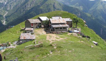 Rifugio madonna della neve in alta valle cervo for Rifugio in baita di montagna